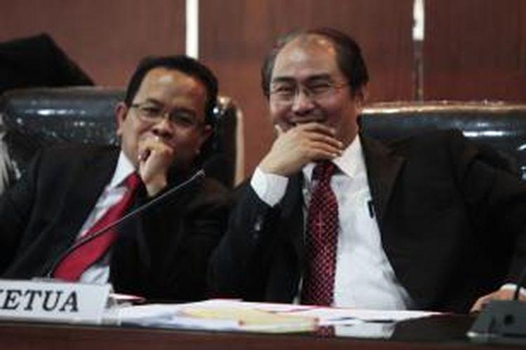 Ketua Dewan Kehormatan Penyelenggara Pemilu (DKPP), Jimly Asshidiqie (kanan) memimpin sidang dugaan pelanggaran etika yang dilakukan Komisioner Komisi Pemilihan Umum di gedung DKPP, Jakarta, Jumat (22/3/2013). DKPP menerima tujuh laporan dugaan pelanggaran etik oleh komisioner KPU dari partai politik, lembaga swadaya masyarakat termasuk dari Badan Pengawas Pemilu. KOMPAS/LUCKY PRANSISKA