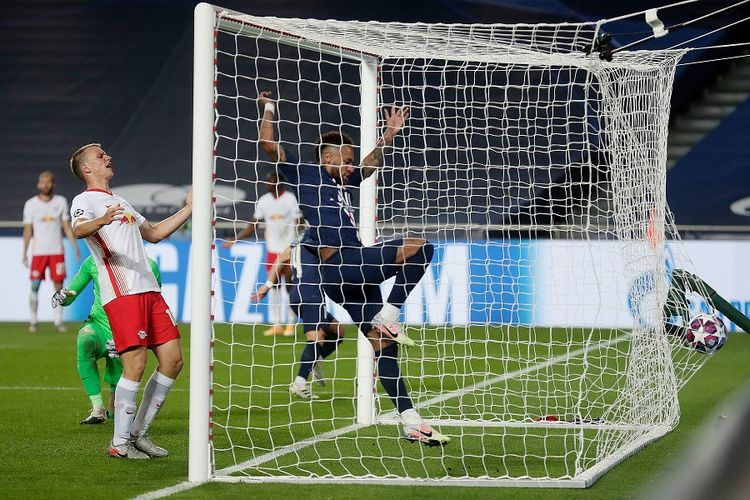 Penyerang Paris Saint-Germain (PSG) Neymar bereaksi setelah bek Juan Bernat (tak terlihat) mencetak gol ketiga timnya dalam pertandingan semifinal Liga Champions antara RB Leipzig vs PSG di Stadion Luz di Lisbon pada 18 Agustus 2020.