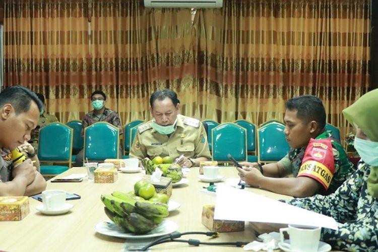 Suasana Rakor Walikota Pekalongan Jawa Tengah M Saelany Mahfudz bersama Forkopimda terkait akan diberlakukannya jam malam.
