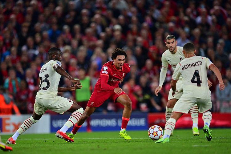 Bek Liverpool Trent Alexander-Arnold (tengah) mencoba melewati dua pemain AC MIlan Fikayo Tomori dan Ismael Bennacer pada laga yang berlangsung di Stadion Anfield, Inggris, Kamis (16/9/2021) dini hari WIB.