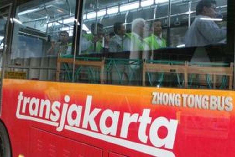 Menteri Koordinator Bidang Perekonomian RI Hatta Rajasa dan Gubernur DKI Jakarta Joko Widodo meninjau kedatangan bus sedang dan bus transjakarta baru di Pelabuhan Indonesia Kendaraan Terminal, Tanjung Priok, Jakarta Utara, pada Senin (23/12/2013) sore.