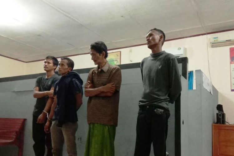 Empat tersangka yang diduga komplotan penculikan bersenjata api dan narkoba di ruang reserse Mapolres Aceh Utara, Sabtu (6/10/2018)