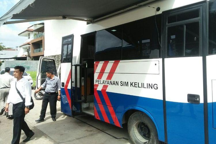 Polsek Kebon Jeruk membuka layanan SIM dan STNK keliling di Jalan Kedoya Selatan, Kedoya, Kebon Jeruk, Jakarta Barat pada Senin (19/2/2018).