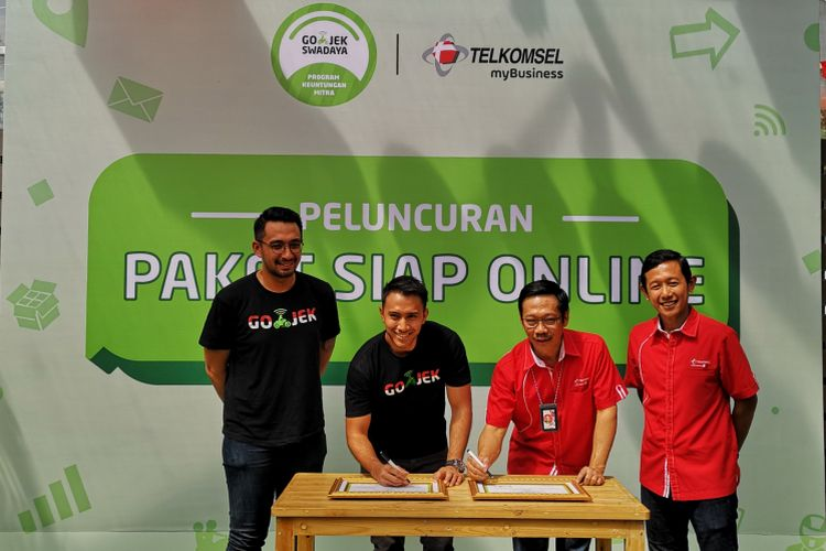 VP Driver Community Go-Jek Jaka Wiradisuria (kedua dari kanan) secara simbolis menandatangi perjanjian kerjasama Paket Siap Online bersama VP Corporate Account Management Telkomsel Primadi K. Putra (kedua dari kanan), disaksikan VP Corporate Communication Go-Jek Michael Reza Say dan VP Enterprises Mobile Product Marketing Telkomsel Arief Pradetya, Jakarta, Jumat (6/7/2018).