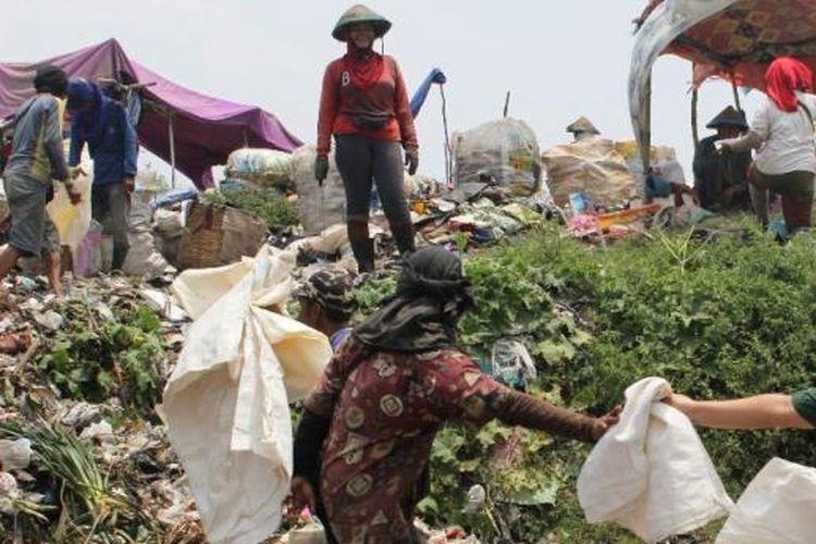Pemulung sampah di TPA Benowo Surabaya.
