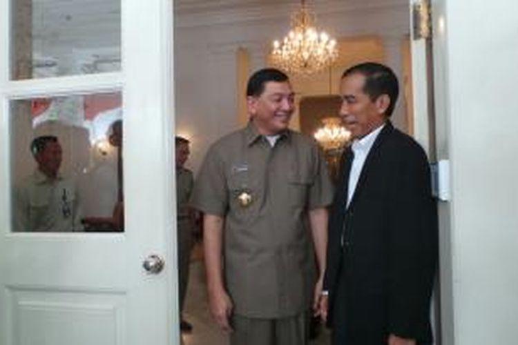 Gubernur DKI Jakarta Joko Widodo menerima kunjungan kerja Wakil Mnteri Pertahanan Sjafrie Sjamsoedin di Balaikota, Jakarta. Keduanya membahas penyelarasan antara strategi pertahanan dengan pembangunan DKI, Rabu (21/8/2013).