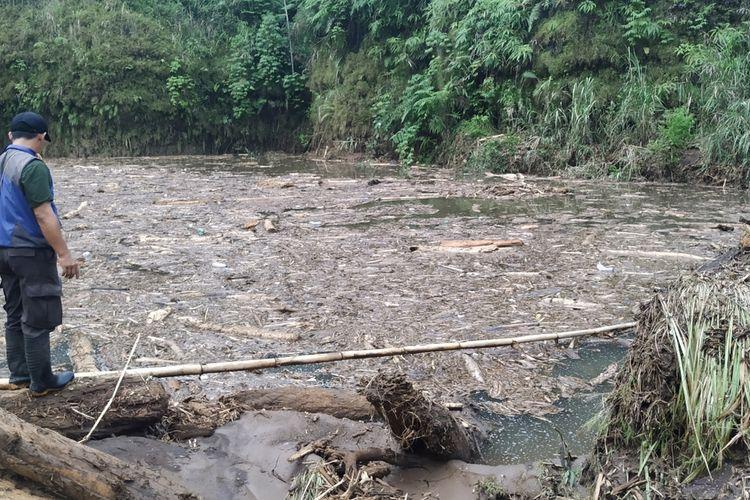 Seorang warga melihat aliran sungai terbendung hingga membentuk danau berlumpur di Kampung Cibuntu, Desa Pasawahan, Kecamatan Cicurug, Sukabumi, Jawa Barat, Rabu (23/9/2020).