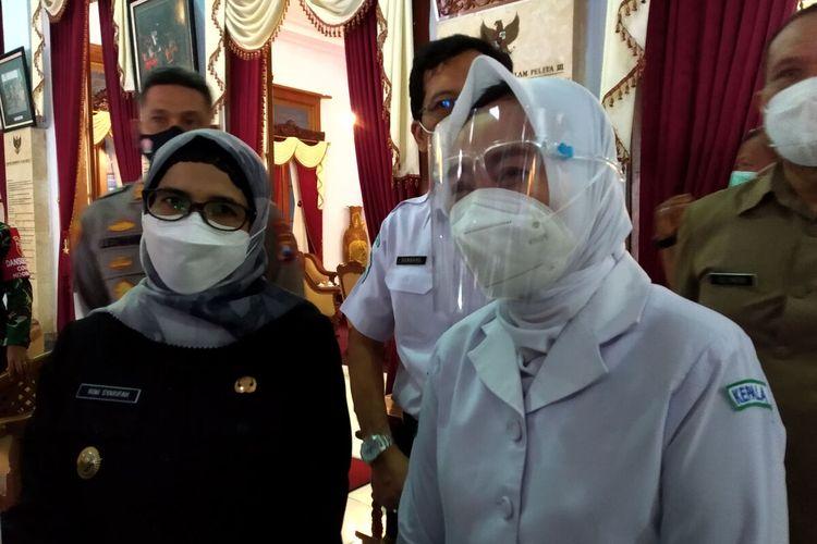 Kepala BMKG Dwikorita Karnawati dan Bupati Blitar Rini Syarifah menjawab pertanyaan wartawan di Pendopo Ronggo Hadinegoro, Kota Blitar, Selasa (8/6/2021)