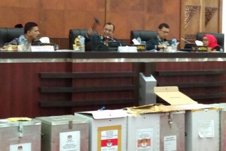 Ketua KIP Aceh Ridwan Hadi selaku pimpinan sidang rapat pleno rekapitulasi penghitungan suara gubernur dan wakil gubernur Aceh, mengetuk palu sebagai tanda sah atas perolehan suara terbanyak untuk pasangan calon gubernur nomor urut enam pasangan Irwandi Yusuf-Npva Iriansyah dengan perolehan suara  898.710 suara, Sabtu (25/2/2017).