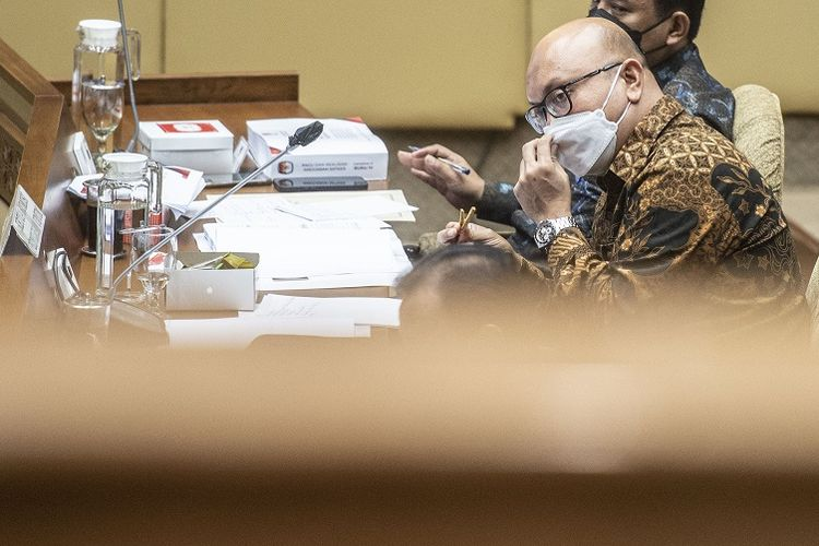 Ketua KPU Ilham Saputra mengikuti rapat dengar pendapat dengan Komisi II DPR di Kompleks Parlemen, Senayan, Jakarta, Kamis (3/6/2021). Rapat tersebut mengevaluasi pelaksanaan anggaran tahun 2021 dan pembicaraan pendahuluan Pembahasan RAPBN serta rencana kerja pemerintah tahun anggaran 2022. ANTARA FOTO/Aprillio Akbar/foc.