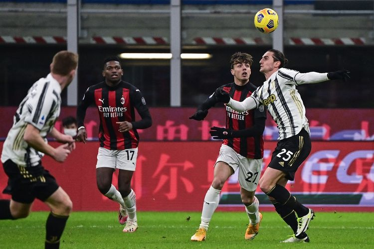 Daniel Maldini (kiri) berduel dengan Adrien Rabiot (kanan) pada laga AC Milan vs Juventus, Kamis (7/1/2021) dini hari WIB.