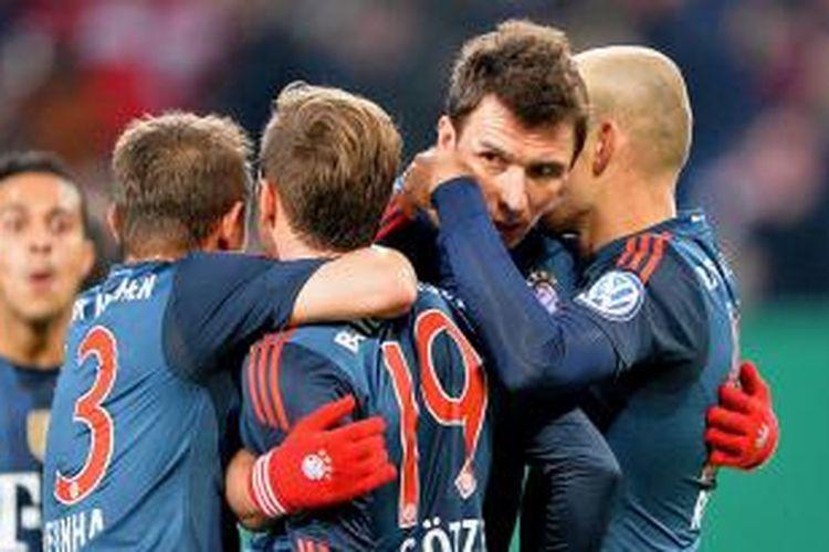 Para pemain Bayern Muenchen merayakan gol ke gawang Hamburg pada laga perempat final DFB Pokal di Imtech Arena, Hamburg, Rabu (12/2/2014). Pada laga tersebut, Bayern menang 5-0 berkat tiga gol Mario Mandzukic, dan sebuah gol dari Dante dan Arjen Robben.