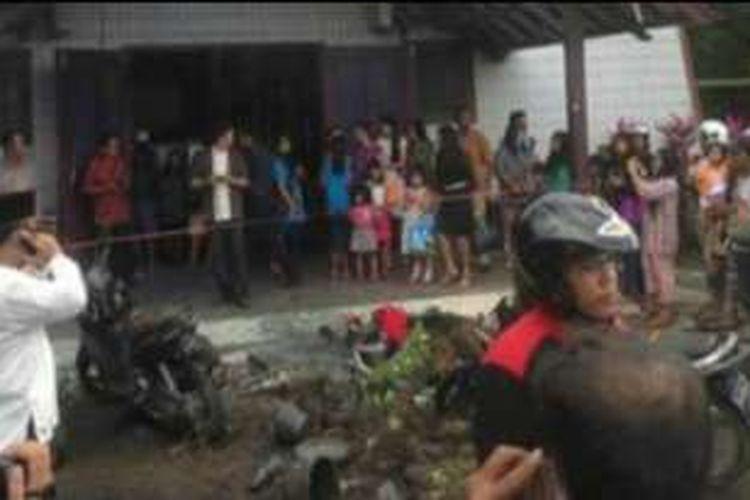Ledakan terjadi di depan gereja oikumene di Kawasan Sengkotek, Loa Janan, Samarinda, ketika jemaat sedang beribadah, Minggu (13/11/2016) sekitar pukul 10.00 Wita.