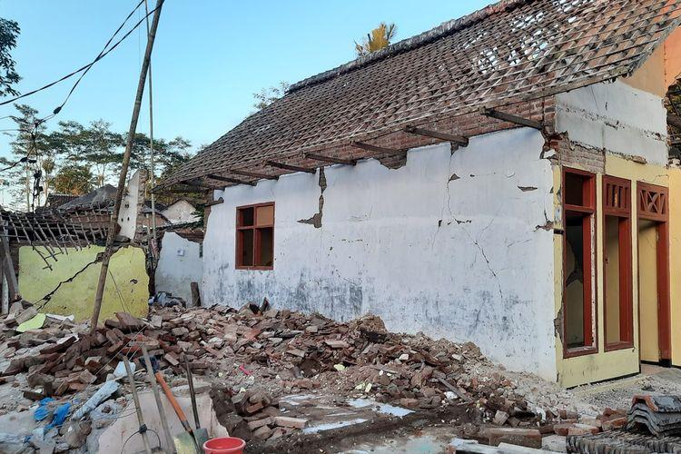 Kondisi rumah Pujiati (50) di Desa Majangtengah, Kecamatan Dampit, Kabupaten Malang yang ambruk total akibat gempa yang terjadi pada Sabtu (10/4/2021). Foto diambil pada Minggu (11/4/2021).