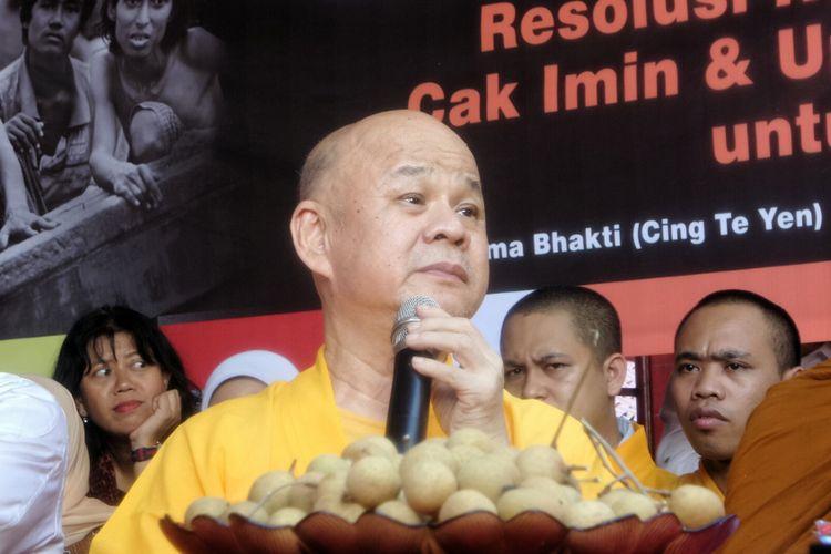 Tokoh agama Budha di Indonesia, Bhiksu Dutavira Mahastavira atau Suhu Benny saat berdialog dengan Ketua Umum PKB Muhaimin Iskandar terkait kekerasan Rohingya, di Wihara Dharma Bakti, Glodok, Jakarta Barat, Minggu (3/9/2017).