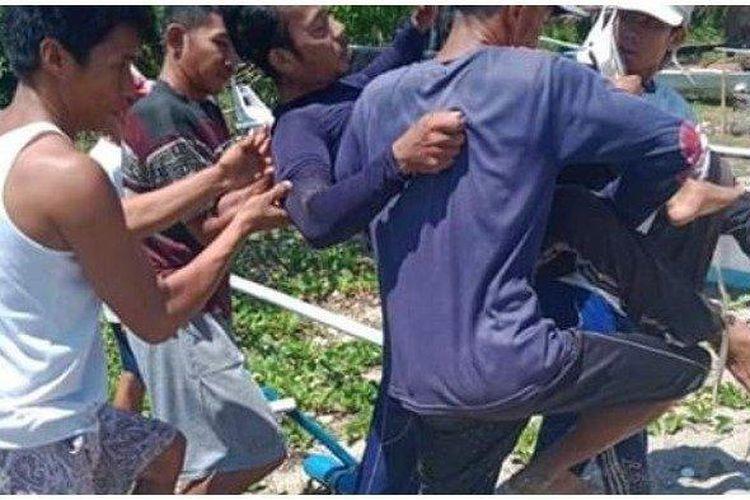 Suardin diselamatkan warga usai diterkam dan digigit buaya, Sabtu (3/8/2019).