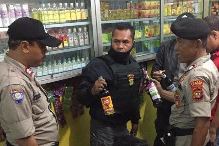 Jajaran Polsek Sawangan menggelar operasi cipta kondisi pada Sabtu (25/1/2020) dimulai pukul 21.30 WIB malam. Hasilnya, puluhan botol miras pun diamankan petugas dari tiga warung jamu yang ada di sejumlah lokasi.