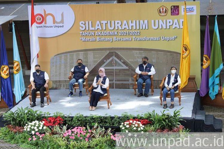 Rektor Universitas Padjadjaran Prof. Rina Indiastuti beserta para wakil rektor menggelar silaturahmi dengan para orang tua mahasiswa baru tahun akademik 2021/2022 secara virtual, Sabtu (21/8/2021).