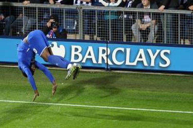 Striker Everton, Romelu Lukaku, merayakan gol seusai menjebol gawang West Bromwich Albion, Senin (28/9/2015).