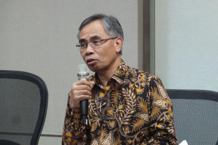 Ketua Dewan Komisioner Otoritas Jasa Keuangan (OJK) Terpilih Wimboh Santoso, saat menggelar konferensi pers di Plaza Mandiri, Jakarta, Jumat (9/6/2017).