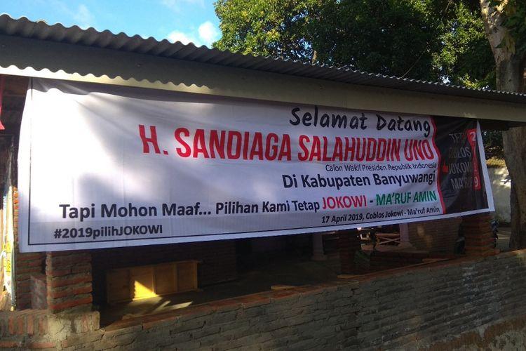 Salah satu spanduk selamat datang kepada Sandiaga Uno yang di pasang oleh pendukung Jokowi Maruf Amin di salah satu rumah di Desa Alasbuluh Banyuwangi