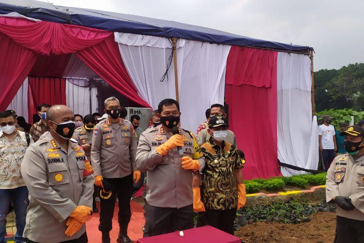 Kapolda Metro Jaya Irjen Pol Nana Sudjana saat memberikan sambutan dalam acara panen raya tanaman palawija di Kampung Ledug, Kecamatan Jatiuwung, Tangerang, Kamis (19/11/2020)