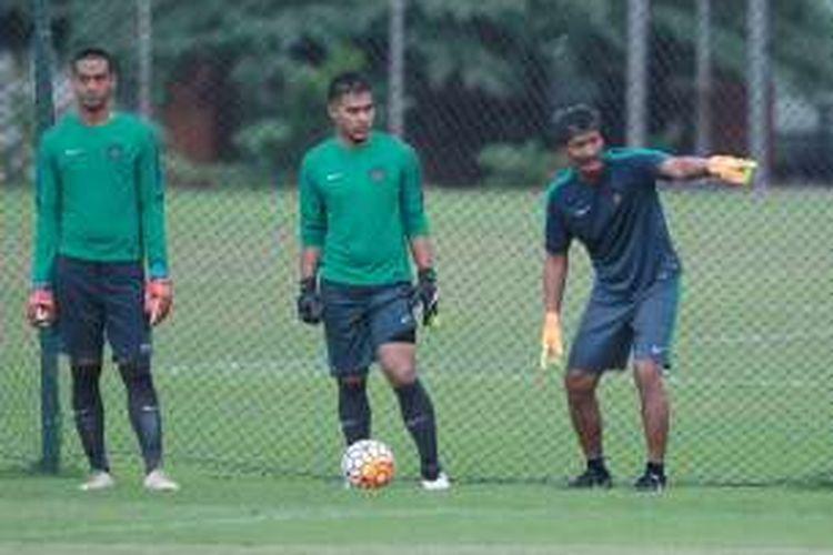 Dua penjaga gawang tim nasional Indonesia, Kurnia Meiga (kiri) dan Andritany Ardhiyasa (tengah), mendapatkan instruksi dari pelatih Gatot Prasetyo pada sesi latihan di Lapangan Sekolah Pelita Harapan, 1 November 2016.