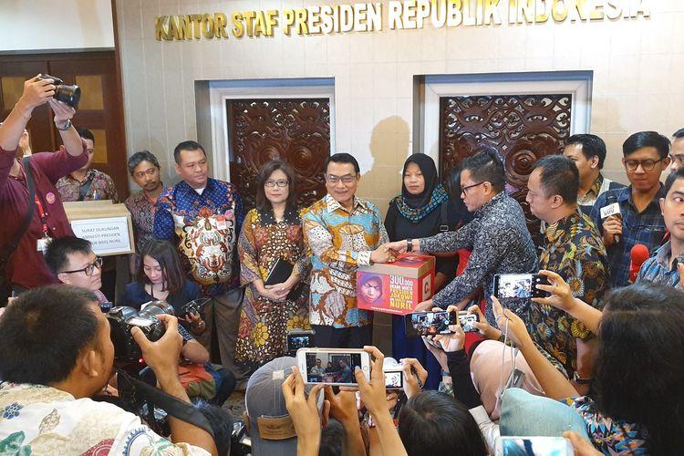 Baiq Nuril Maqnun,  korban pelecehan seksual yang justru divonis penjara  karena perekaman ilegal, mendatangi Kompleks Istana Kepresidenan, Jakarta, Senin  (15/7/2019). Kedatangan Baiq Nuril adalah untuk menyerahkan surat pengajuan amnesti kepada Presiden Joko Widodo.