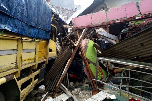 Mengebut Lewati Jalan yang Licin, Truk Pakan Ternak di Blitar Selip hingga Tabrak Rumah Warga