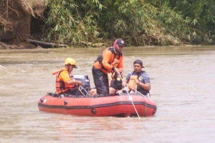 Tim SAR menggunakan perahu karet menyeret jangkar di dasar Sungai Brantas Ngunut Tulungagung untuk mencari mobil Avanza yang tercebur ke Sungai Brantas Tulungagung, Jawa Timur, pada Sabtu (26/1/2019).