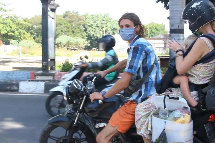 inilah  keluarga  WNA Rusia, Mikhail (29), bersama istrinya Ekaterina (28) dan balita mereka, Serafima, (2) keluarga ini  mendadak viral karena mengamen di sejumlah pasar tradisional di Lombok. ekaterina masih kini berada di kantor Imigrasi Mataram sambil menunggu keberangkatan ke Bali dan langsung dideportasi ke Rusia.