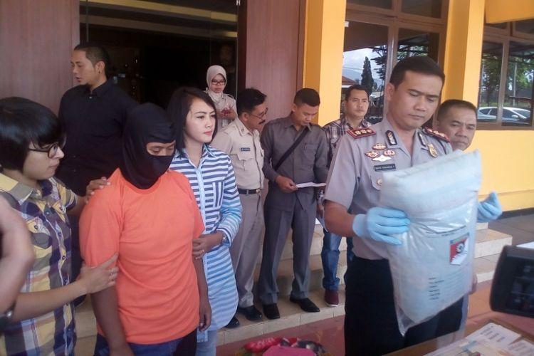 Kapolres Garut AKBP Novri Turangga menunjukan barang bukti saat menggelar jumpa pers di Polres Garut, Selasa (24/10/2017)