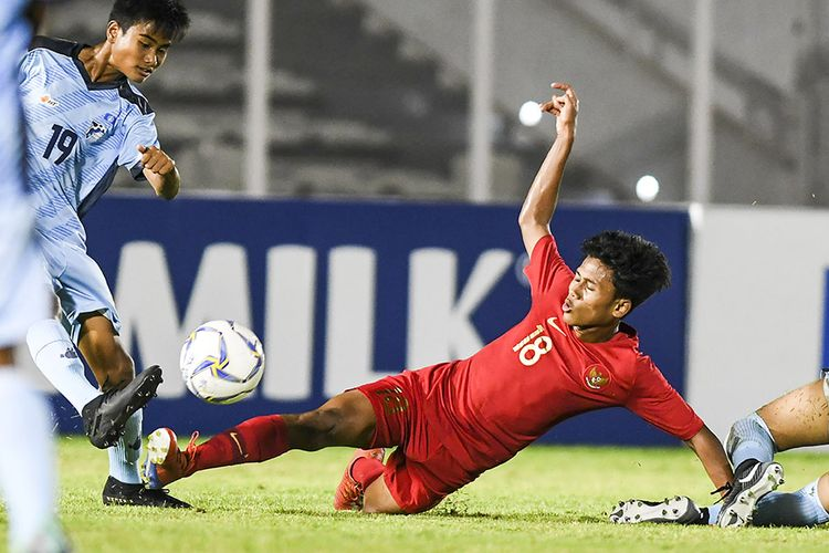 Pemain Timnas U-16 Indonesia Aditiya Daffa (kanan) berusaha melewati pemain Timnas Kepulauan Mariana Utara U-16 Ariel Navarez (kiri) pada laga kualifikasi Piala AFC U-16 2020 di Stadion Madya, Jakarta, Rabu (18/9/2019). Timnas U-16 Indonesia berhasil menang telak dengan skor 15-1 atas Mariana Utara.