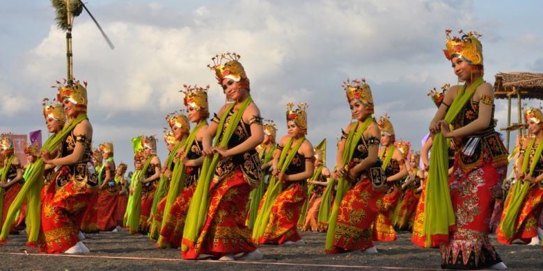 Sebanyak 1.208 penari Gandrung menampilkan tarian kolosal dengan tema Podo Nonton di Pantai Boom Banyuwangi, Jawa Timur, Jumat (27/9/2015).