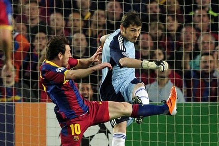 Lionel Messi berebut bola dengan Iker Casillas dalam laga Barcelona vs Real Madrid pada semifinal led kedua Liga Champions yang digelar di Stadion Camp Nou, 3 Mei 2011.