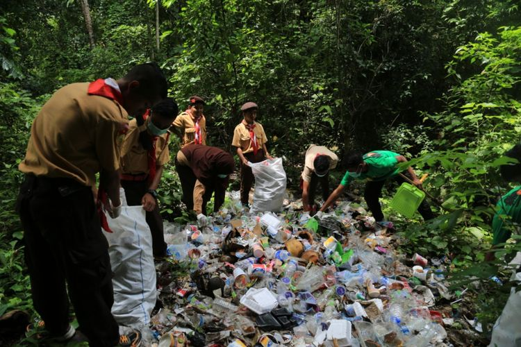 Anggota Pramuka Kabupaten Sumba Tengah, Nusa Tenggara Timur sedang memungut sampah plastik dan Non plastik di areal obyek wisata air terjun Lapopu, Desa Hatikuloku, Kecamatan Wanokaka, Senin (4/3/2019).