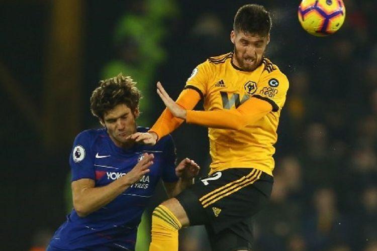 Matt Doherty tampak mengungguli Macos Alonso dalam perebutan bola di udara pada laga Wolverhampton Wanderers vs Chelsea di Stadion Molineux, 5 Desember 2018.