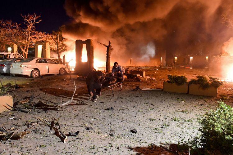 Para sukarelawan mengangkut korban ledakan hotel dengan tandu di Quetta, Pakistan, pada Rabu malam (21/4/2021) waktu setempat. Setidaknya 4 orang tewas dan belasan lainnya luka-luka akibat ledakan di tempat parkir Hotel Serena, Quetta, ibu kota provinsi Balochistan.