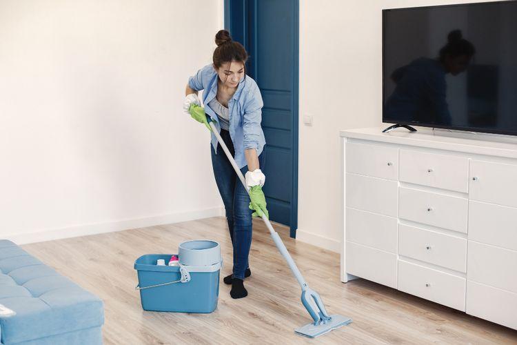 Ilustrasi membersihkan rumah, mengepel lantai.