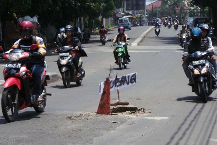 Ilustrasi : Pengendara motor menghindari jalan berlubang di Pejaten Barat, Pasar Minggu, Jakarta Selatan, Kamis (7/2/2013)