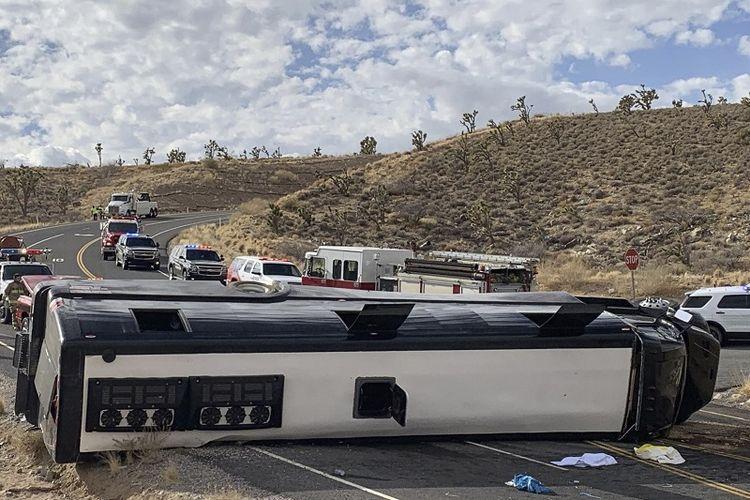 Foto ini disediakan oleh Mohave County Sheriffs Office menunjukkan bus wisata yang melaju dari Las Vegas ke Grand Canyon terguling di Arizona barat laut pada Jumat 22 Januari 2021. 1 Orang tewas, 2 orang kritis dan 40 lebih orang luka-luka.