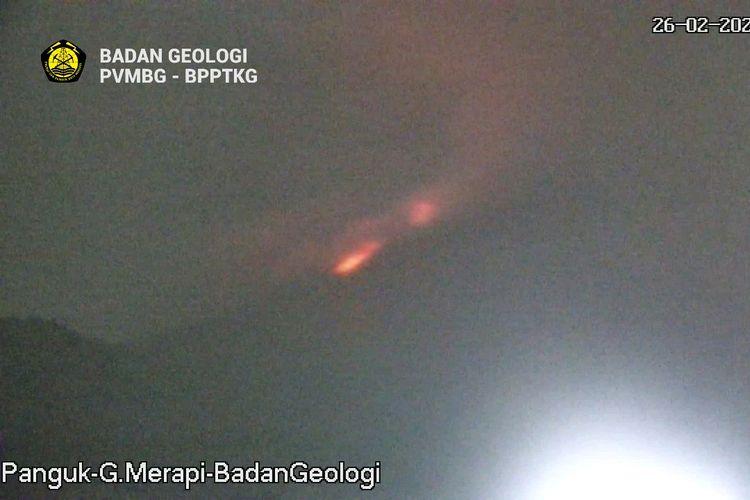 Terjadi awan panas guguran di Gunung Merapi pada 26 Februari 2021 pukul 04.39 WIB. Tercatat di seismogram dengan amplitudo 55mm, durasi 130detik, tinggi kolom ttidak teramati karena visual Gunung Merapi berkabut, estimasi jarak luncur  -+1500 m ke arah barat daya