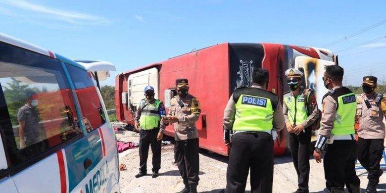 kecelakaan di Tol Pejagan Pemalang. Ini penyebab bus PO Sudiro Tungga Jaya alami kecelakaan di Tol Pejagan-Pemalang, KM 308, disebut terguling, 8 orang tewas.