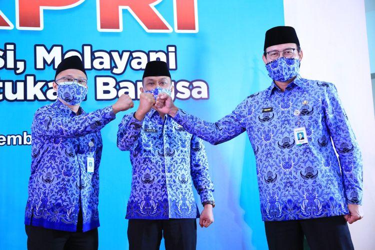 Ketua Umum Korpri Zudan Arif Fakrullah (tengah) dan Direktur BPJS Kesehatan Fachmi Idris (kanan) dalam acara Hari Ulang Tahun (HUT) Korpri ke-49, Minggu (29/11/2020).