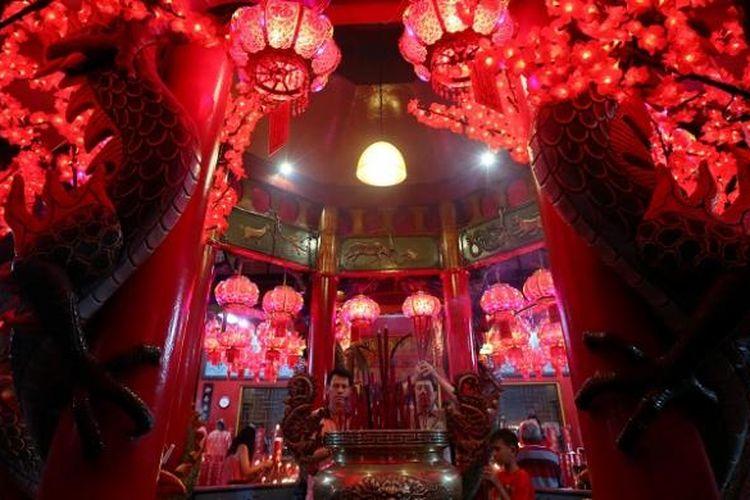 Umat bersembahyang di Vihara Amurva Bhumi, Setiabudi, Jakarta, Minggu (7/2/2016). Sembahyang jelang tahun baru Imlek 2567 itu sebagai ungkapan syukur atas segala rejeki dan keselamatan dari Tuhan yang telah diberikan dan harapan akan kehidupan yang lebih baik di tahun mendatang.