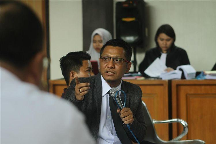 Komisioner Bawaslu Palembang Divisi Pengawasan Hubungan Antar Lembaga dan Humas Dadang Aprianto saat menjadi saksi atas kasus dugaan pidana Pemilu yang menjerat 5komisioner KPU Palembang, di Pengadilan Negeri Klas 1A Palembang, Senin (8/7/2019).
