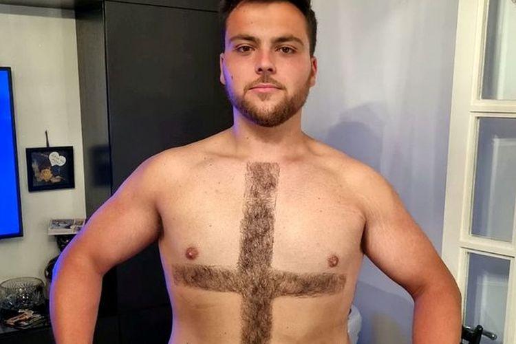 Scaffolder Alfie Callagher-Roberts (23 tahun), penggemar timnas Inggris mencukur bulu dadanya membentuk simbol bendera Inggris. [Alfie Callagher-Roberts/SWNS Via The Daily Star]