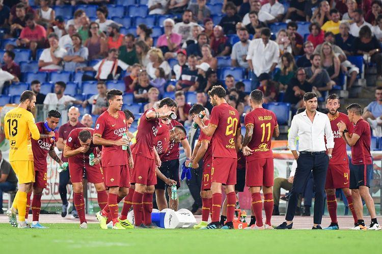 Pelatih kepala AS Roma asal Portugal, Paulo Fonseca (3rdR) memandang para pemain Roma beristirahat dengan tenang selama pertandingan sepak bola Serie A Italia Roma vs Genoa pada 25 Agustus 2019 di stadion Olimpiade di Roma.