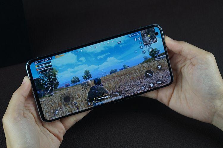 Ilustrasi bermain game di ponsel Vivo X50