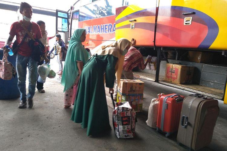 Sejumlah penumpang baru tiba di Medan, Kamis pagi tadi (18/9/2019) mengantre untuk mengambil barang-barang bawaan dari Riau. Mereka meninggalkan Riau lantaran kabut asap karhutla semakin pekat.